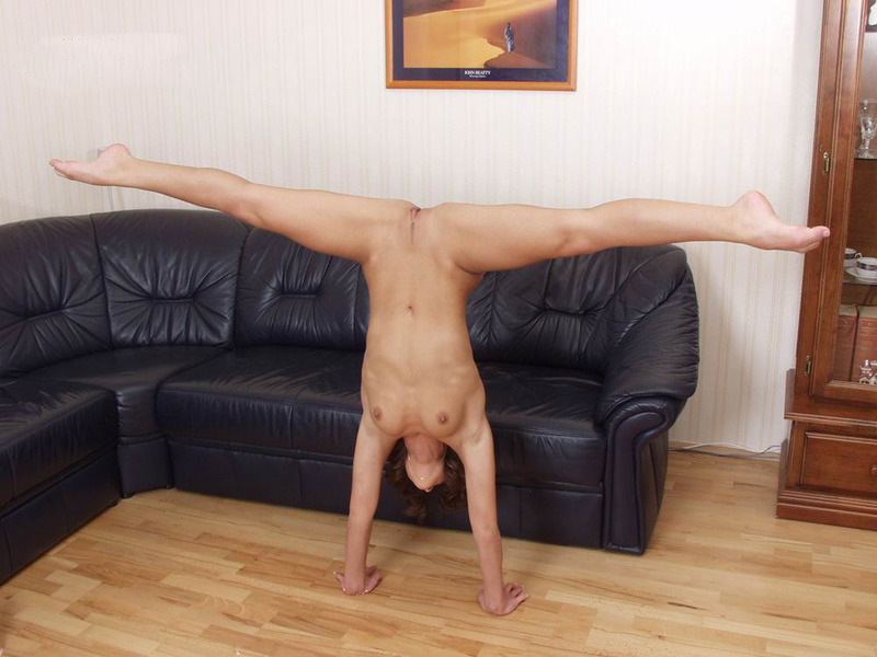 fuck-nude-man-does-splits-human